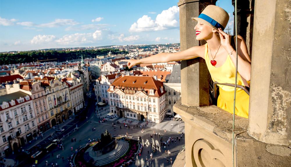 Du khách trẻ tham quan thành phố Praha