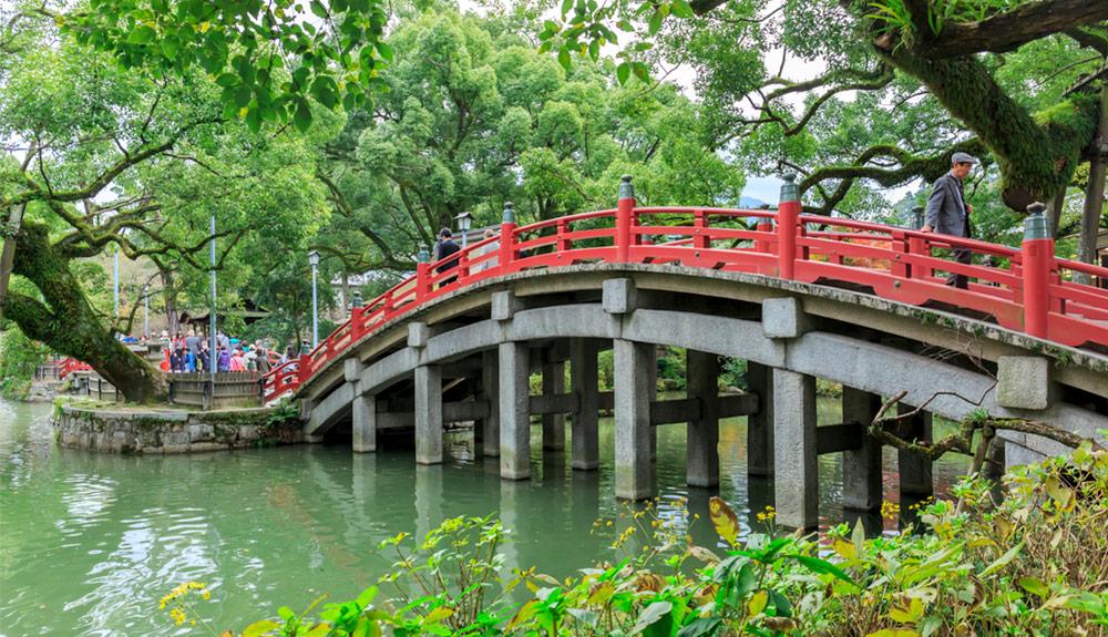 du thuyền biển cầu đỏ trong khu vườn đền dazaifu fukuoka