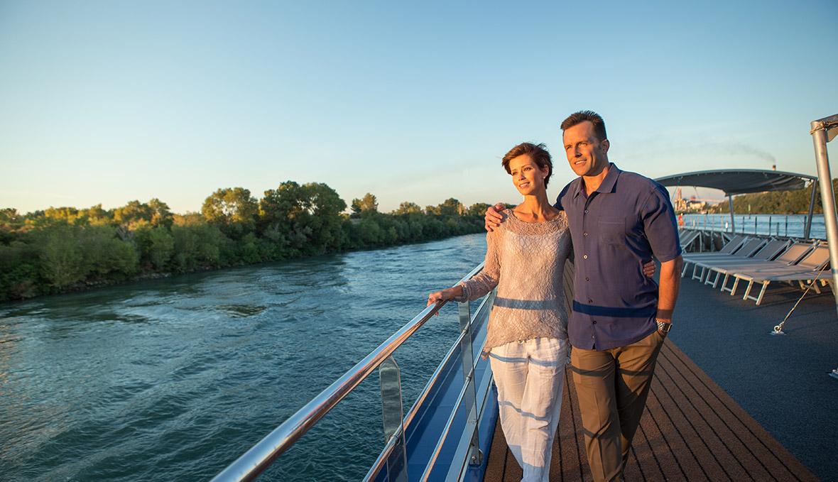 du thuyền sông du khách trải nghiệm khoảnh khắc trên dòng sông danube
