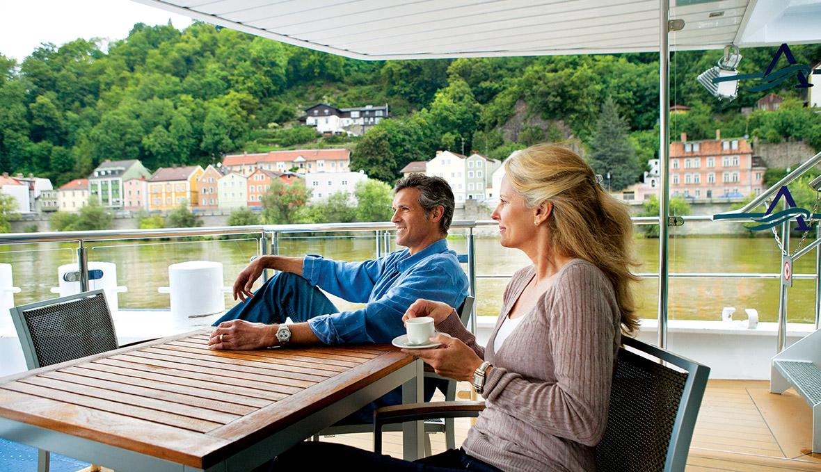 du khách trải nghiệm du thuyền sông