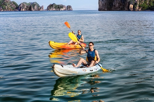 Chèo thuyền kayak trên vịnh Hạ Long